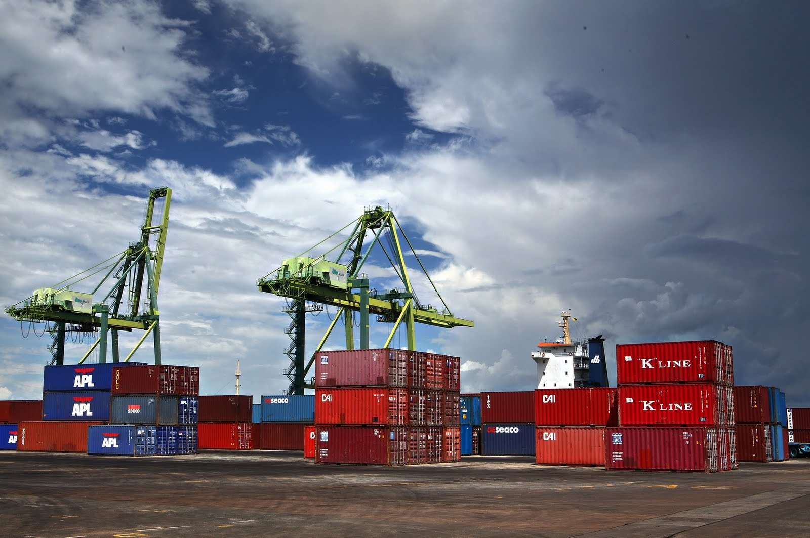 containers-arriving-at-the-brunei-container-port-are-being-piled-up